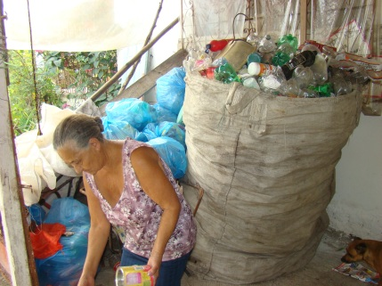Dona Lídia, integrante do grupo e responsável pela continuidade do Projeto, pois sem local de armazenamento, não teríamos continuado...